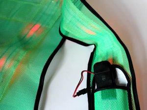 画像4: 赤色LED16個点滅 夜光チョッキ 6CM幅 グリーンメッシュ・イエロー反射(明るい)【背面 台形反射シート付き】