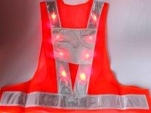 他の写真1: 赤色LED16個点滅 夜光チョッキ 6CM幅 オレンジメッシュ・シルバー反射(明るい)【背面 台形反射シート付き】